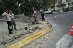 В Украине тактильная плитка на тротуарах теперь обязательна